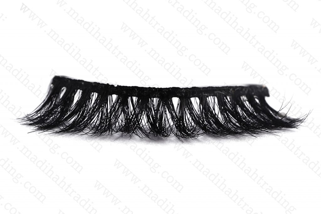 Madihah dropshipping the 3d mink eyelashes aliexpress items to the official mink lashes instagram store.
